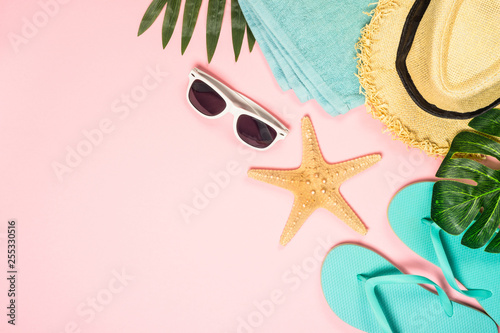 Poster Montagne Summer flat lay background on pink.