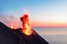 Eruzione Del Vulcano Stromboli, Italia