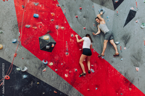 A male and a female spending their leasure time climbing the wall Fototapet