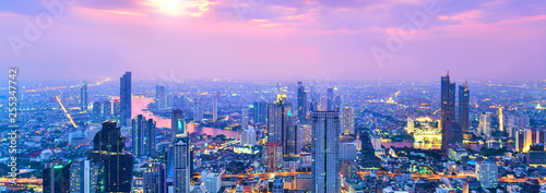 Foto  View commercial modern building and Chao Phraya river in city downtown at evenin
