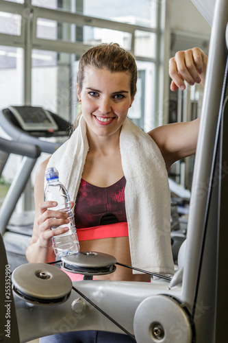Fotografía  Portrait of young woman doing a break in the Gym