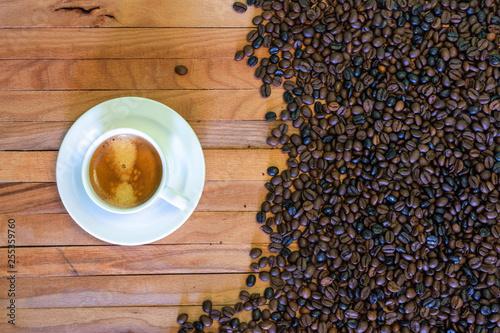 Montage in der Fensternische Kaffeehaus Taza de café y granos de café en fondo de madera. Vista superior.