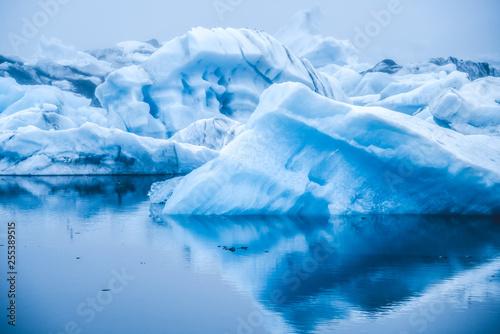 Foto auf Gartenposter Antarktika Icebergs in Jokulsarlon beautiful glacial lagoon in Iceland. Jokulsarlon is a famous travel destination in Vatnajokull National Park, southeast Iceland, Europe. Winter landscape.