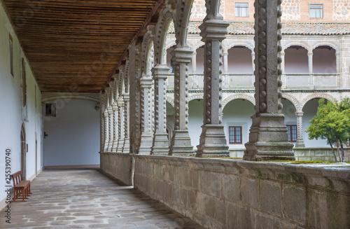 Fotografía  AVILA, SPAIN, APRIL - 18, 2016: The atrium of Real monasterio de Santo Tomas