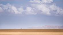 Hombre En Bicicleta En El Desierto De La Guajira