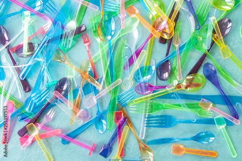 Fotografie, Obraz  Verschiedenes buntes Plastikbesteck
