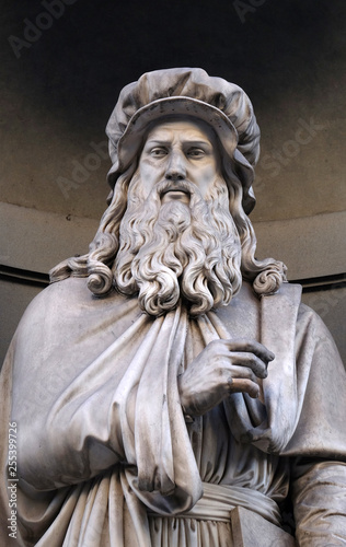 Foto auf AluDibond Historisches Gebaude Leonardo da Vinci, statue in the Niches of the Uffizi Colonnade. The first half of the 19th Century they were occupied by 28 statues of famous people in Florence, Italy