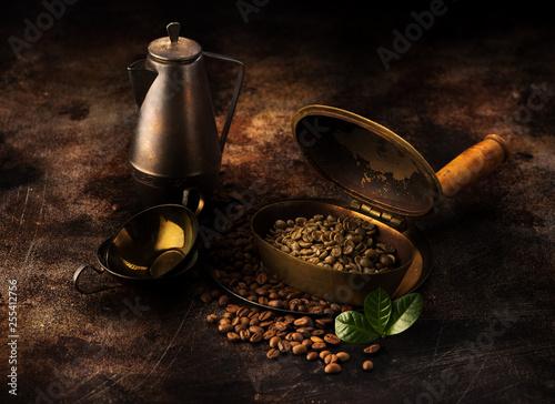 Pieczenie zielonej kawy w zestawie z mosiądzu i przygotowanie do parzenia kawy