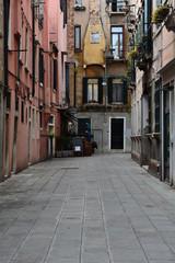 Fototapeta na wymiar Alley in Venice