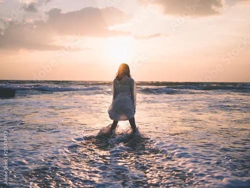 朝日と海と少女