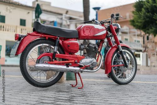 Rotes Motorrad in Port d'Andratx