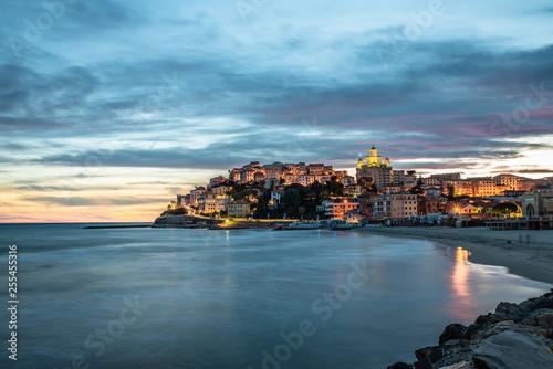 Montage in der Fensternische Ligurien Porto Maurizio, Imperia, tramonti e oa blu
