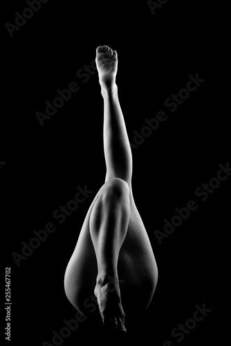 naga-kobieta-z-nogami-uniesionymi-w-zmyslowym-czarno-bialym-kolorze