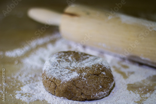 Fotografía  Balls of integral dough with rolling pin on wooden board