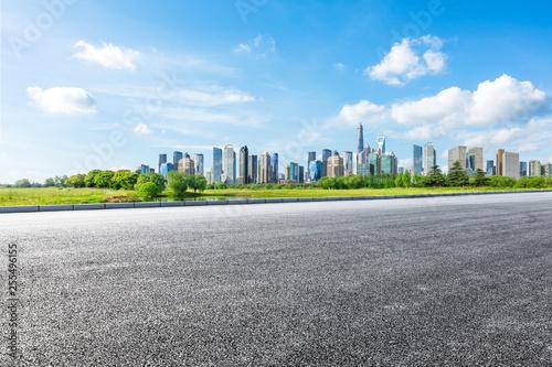 Photo  Shanghai city skyline and famous landmark buildings with empty asphalt road