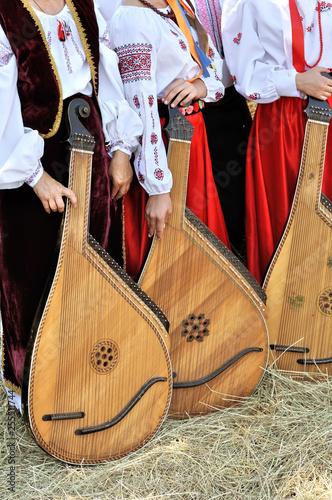 Photo  Unrecognizable ethnic musicians  with  ukrainian  instruments bandura (pandora)