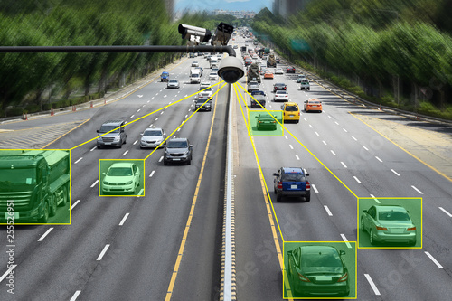 Fotografía  Camera that controls speeding cars and speeding on the road.