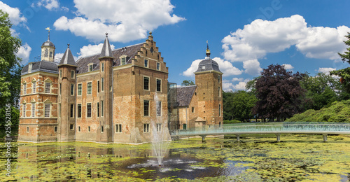 Valokuva  Panorama of the Ruurlo castle surrounded by water in The Netherlands
