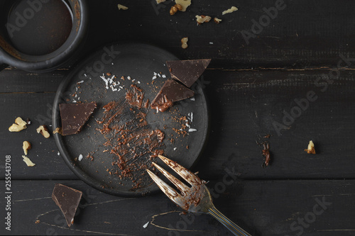 Fotomural Black empty plate with cake leftovers from above