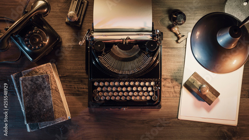 Fotografia  Vintage journalist desktop with typewriter and telephone