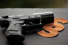 Waffenschein, Pistole Freigestellt Auf Neutralem Hintergrund