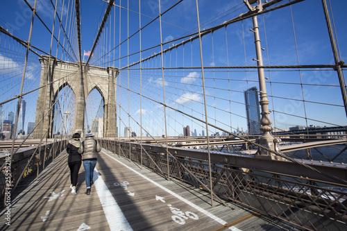 Foto  The Brooklyn bridge pedestrian walkway and cycle path.