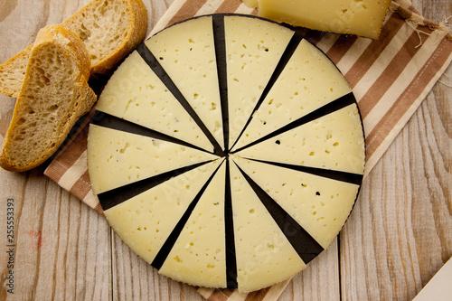 Plato con queso curado y pan