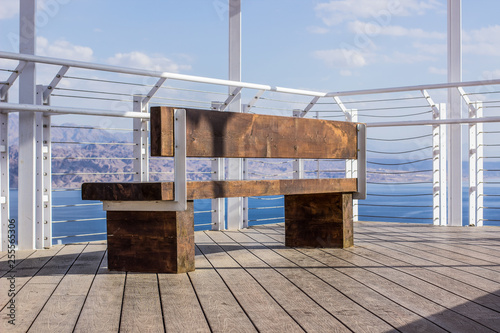 Fotografia  white luxury hotel roof exterior bench and metal fence construction on a high ba
