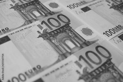 Fotografía  several banknotes of 100 euros close-up, monochrome.
