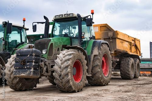 Fotografia, Obraz  Grüner Traktor mit Anhänger