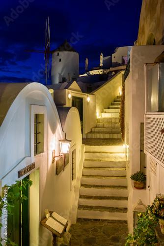 Nocna ulica w Oia Santorini.