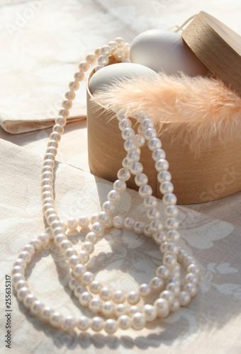 naszyjnik z pereł na drewnianym tle
