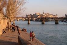 Paris, Promenade Sur Un Quai De Seine Avec Vue Sur Le Pont Des Arts Et L'île De La Cité (France)