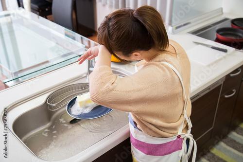 Papel de parede 食器を洗う疲れた女性