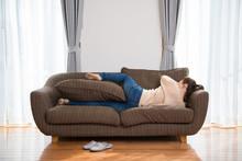 ソファでゴロゴロする女性