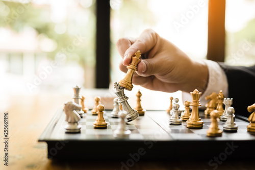 Photo  Businessman playing chess game beat opponent with strategy concept