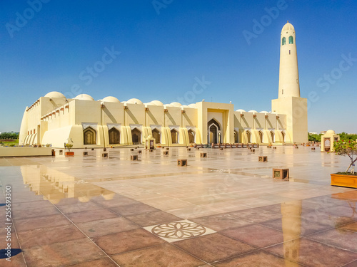Fényképezés  State Grand Mosque with a minaret reflecting on marble pavement outdoors