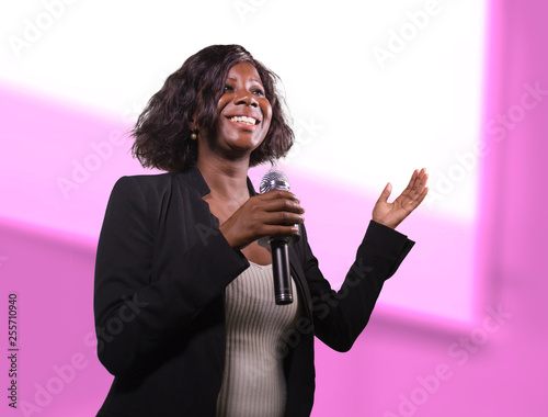 Fotografía  confident black afro American business woman with microphone speaking in audito
