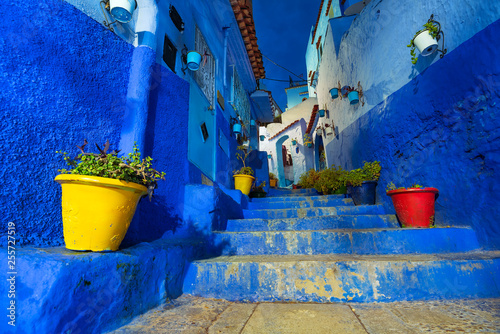 Foto  Beautiful night view of the blue city in the medina of Chefchaouen, Morocco