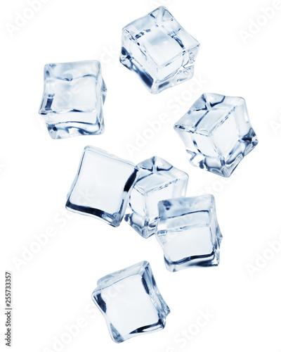Spadająca kostka lodu, odizolowywająca na białym tle, ścinek ścieżka, pełna głębia pole