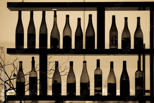 Fotografía  たくさんのワインボトルのシルエット