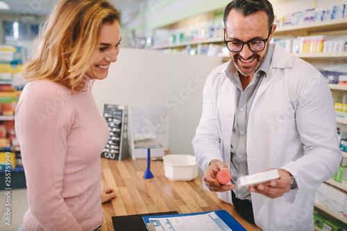 Photo sur Toile Pharmacie Pharmacist suggesting medical drug to buyer