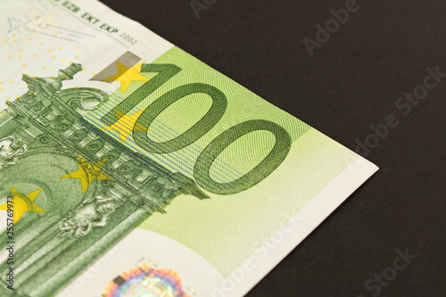 Fotografía  100 Euro banknote on a dark background