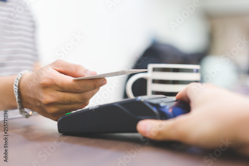 Cuadros en Lienzo close up customer hand using credit card for paying bill by using payment machin
