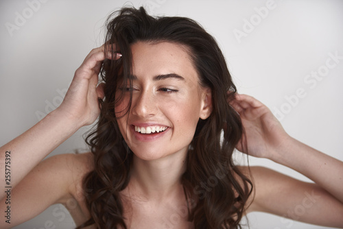 Photo Close up portrait cheerful womanly brunette woman
