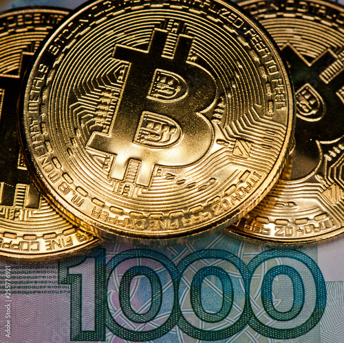 Fotografía  Golden bitcoins against 1000 rubles banknote background