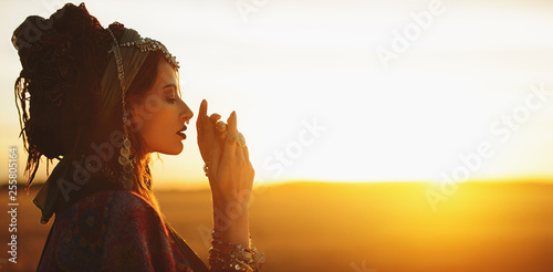 Photo sur Aluminium Gypsy young fashion woman