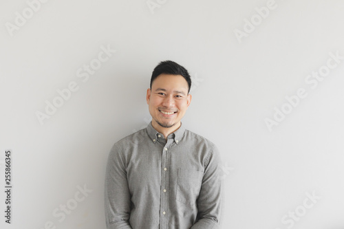 Photo  Smile happy face of ordinary man in grey shirt