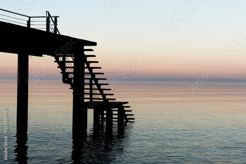 Kalter Sonnenuntergang am See #255881148