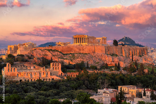In de dag Athene Sunset at the Acropolis of Athens, with the Parthenon Temple, Athens, Greece.